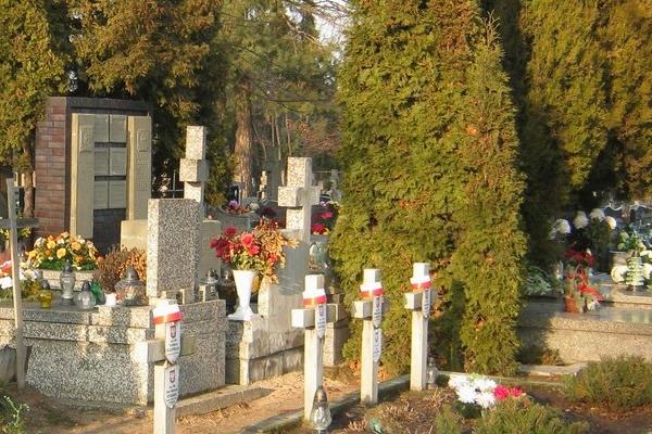 Mieszkańcy nawiedzą groby zasłużonych