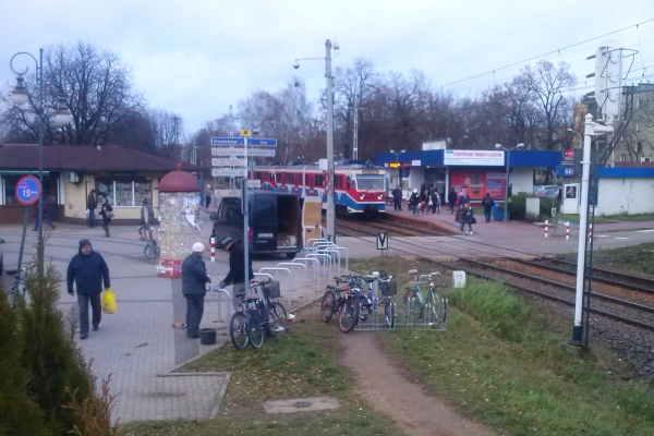 Nowe, dobre stojaki przy WKD w Pruszkowie!