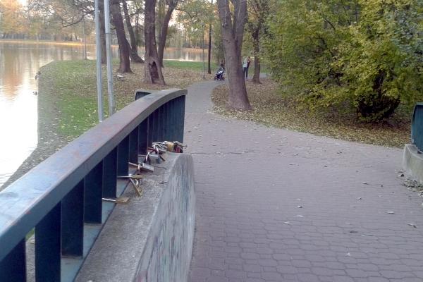Pruszków ma swój most z kłódkami